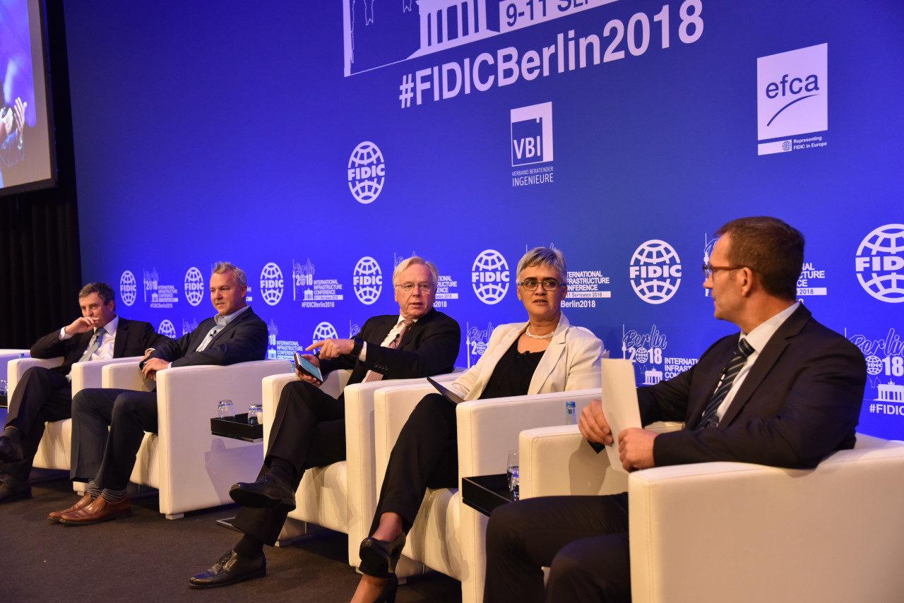 Dr. Bernd Kordes (Mitte) moderiert das Panel