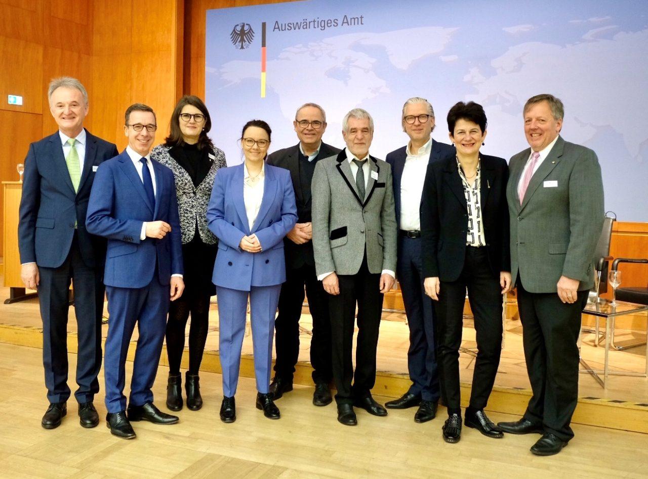 Die Vertreter der Veranstalter des Außenwirtschaftstags mit Staatsministerin Michelle Müntefering (Bildmitte) und VBI-Präsident Jörg Thiele (3. v. r.).