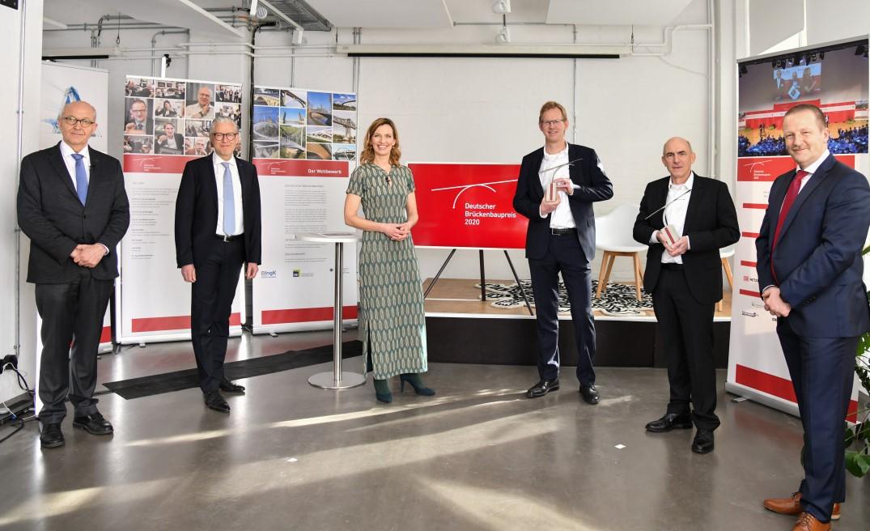 Siegerehrung mit Coronaabstand: Die Preisträger M. Borowski (3.v.r.) und Prof.  Schlaich (2.v.r.) mit Dr. Bökamp und J. Thiele, Moderatorin Tanja Samrotzki und Jurychef Prof. Marzahn (v.l.) .